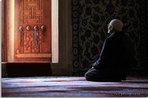 """Doa merupakan salah  satu bentuk ibadah, sesuai dengan sabda Rasulullah saw., """"Doa itu adalah ibadah"""" (H.R. Tirmidzi). Sebagai suatu ibadah, berdoa hendaknya dilakukan dengan cara yang baik dan benar sebagai berikut."""
